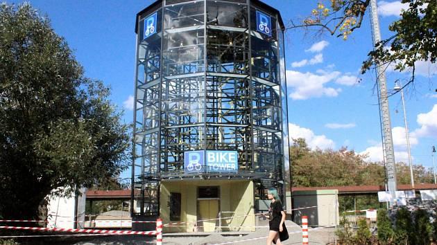 Poděbradská cyklověž vedle nádraží je už dostavěna.