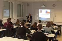 Učitel Gymnázia Bohumila Hrabala Pavel Kotyza vyučuje mladé Francouze v jejich mateřštině.
