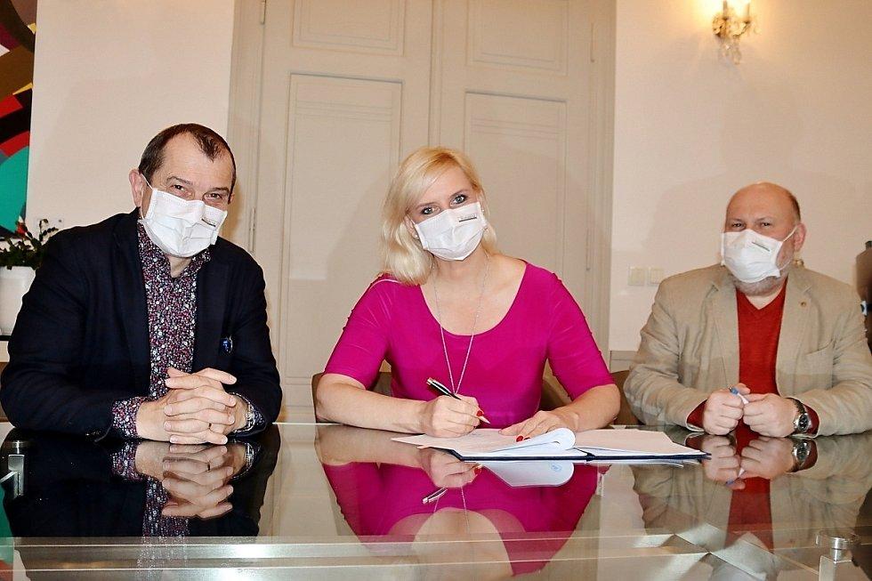 Z podpisu smlouvy se společností RP Mladá ze strany Středočeského kraje. Na snímku hejtmanka Petra Pecková a radní Věslav Michalik (vlevo) a Libor Lesák.