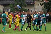 Fotbalisté Kostelní Lhoty si zahráli proti staré gardě pražských Bohemians