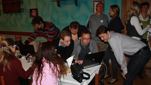 Několik chvil po zveřejnění výsledků ve volebním štábu Změny pro Nymburk v hotelu Postřižiny