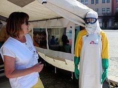 Výstava Lékařů bez hranic je na nymburském náměstí k vidění do čtvrtka.