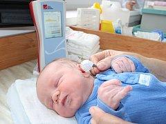 BEZBOLESTNĚ A CITLIVĚ takto vyšetří nový přístroj dětská ouška pár dní po porodu.