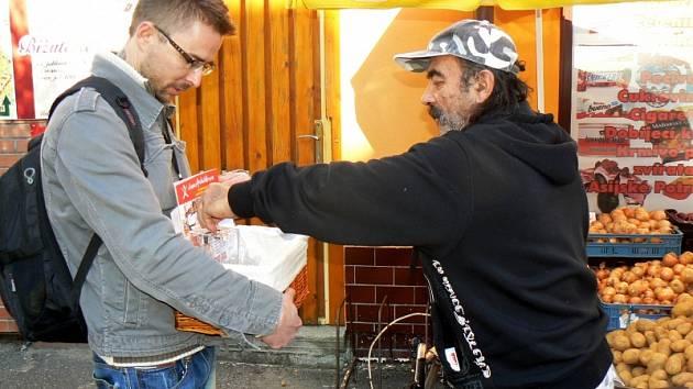 Dobrovolník Tomáš Borič vybírá po Nymburce na zdravotní klauny