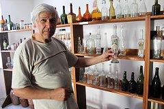 Jiří Kotlář z Městce Králové sestavil doma expozici z historických lahví.