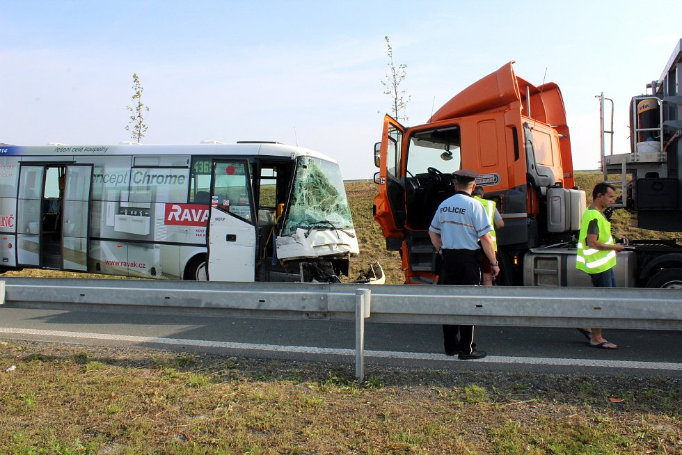 K nehodě došlo po páté ranní na kruháku ve směru na Všechlapy.