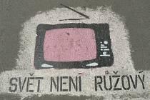 Nápis na asfaltce Svět není růžový!