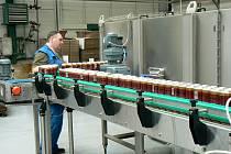 Stáčecí linka na plechovky v nymburském pivovaru je vytížena čím dál více.