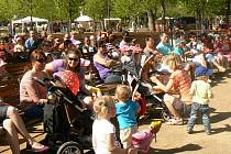 Zahájení loňské lázeňské sezóny se zúčastnily stovky návštěvníků.
