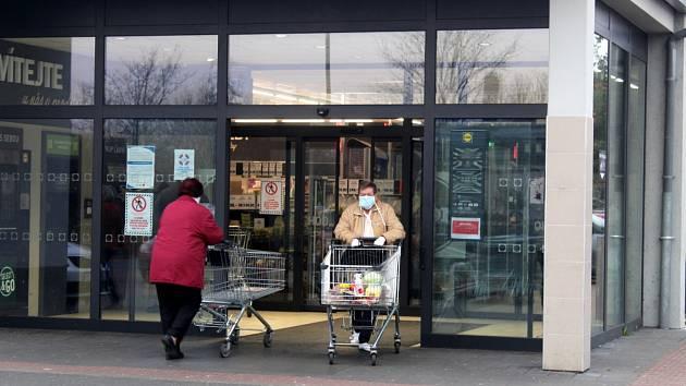 Ranní dvouhodinovku využívali senioři k nakupování ve všech nymburských supermarketech.