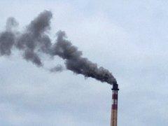 Temný dým z teplárenského komína vyděsil řadu obyvatel Nymburka.