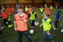 Jednodenní pololetní prázdniny strávili malí fotbalisté tréninkem.