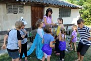 Příměstský tábor na zahradě základní školy v Městci Králové pořádá sdružení Bohoušek ve třech turnusech.