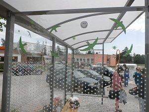 Hrdými zachránci životů se mohou cítit skauti z Dobříše nebo třeba školáci z Brandýsa nad Labem. Ale i další a další dětské kolektivy. A vůbec všichni, kteří se zapojili a stále zapojují do projektu proměny prosklených čekáren u zastávek autobusů.