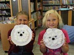 Mrazivé prázdniny aneb Zimu v létě si užívají děti v nymburské knihovně. Několik úkolů z dvaceti splnily také devítileté slečny Amálka (vlevo) a Jolanka.