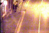 Mladící kymácející značkou na snímku z městské kamery