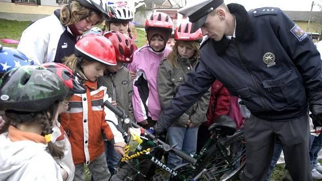 Děti se učily jezdit na silnici.