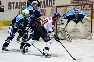 Hokejisté Nymburka (ve světlém) porazili v 35. kole 2. ligy Vrchlabí 3:2.