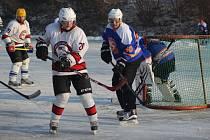 Hokejový winter classic se hrál na rybníku v Pátku