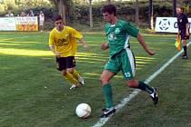 Semický Tomáš Holan (vpravo) rozhodl svým gólem derby v Litoli. Nezabránil mu v tom ani domácí Miroslav Helmich.