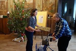 Strom splněných přání  přinesl už první dárky pro opuštěné seniory v Domově Na Zámku.