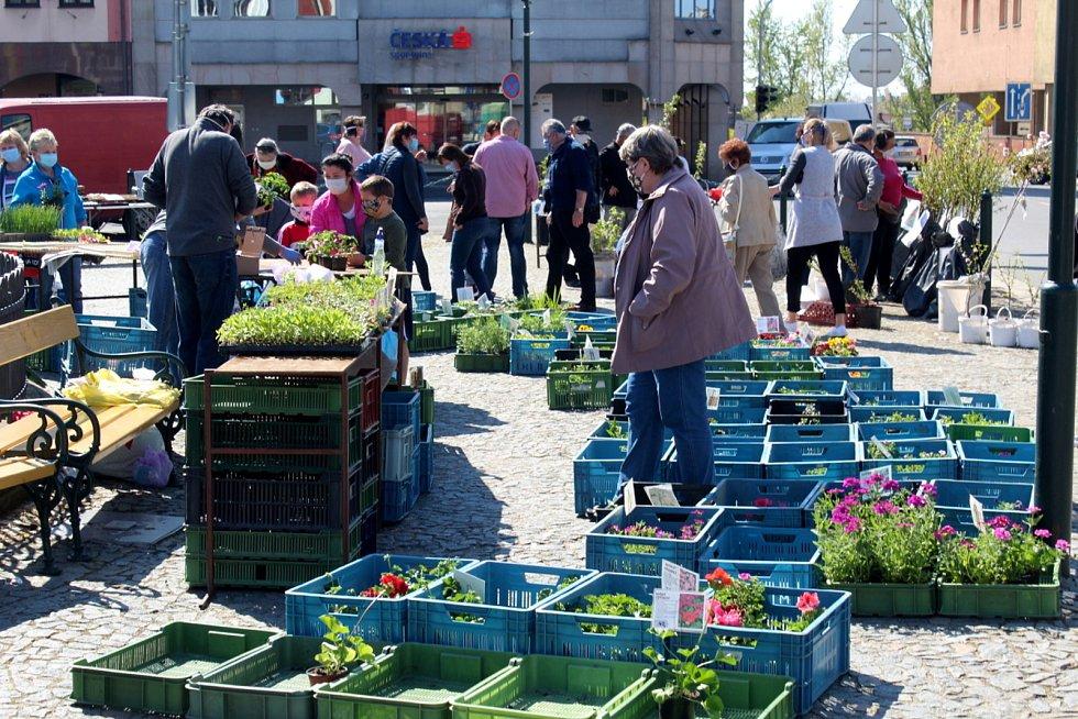 Farmářské trhy v Nymburce se zatím z náměstí nikam nestěhují.