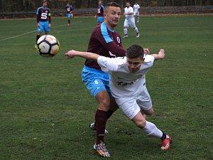 Poděbradské derby okresního přeboru lépe zvládli fotbalisté Slovanu (v rudém).