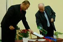 Sborník autorských básní a přání knihovně pokřtil poděbradkou starosta Poděbrad Ladislav Langr za asistence ředitele ZŠ Václava Havla Vlastimila Špinky.