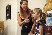 Dlouhým vděčným potleskem odměnil zaplněný evangelický kostel ve Velenicích vystoupení zpěvačky a herečky Magdy Malé.