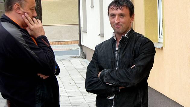 Na jednání disciplinární komise se tentokrát dostavil i Tomáš Harant (vpravo). Ten přijel spolu s manažerem Lipníka Jindřichem Králem.