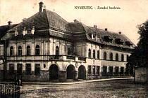 Budova Okresního soudu na Kostelním náměstí. Jedno ze stavení, které po desítkách let mění svoji podobu jen velmi málo.