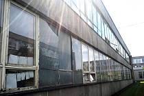 Okna na budově Základní školy Letců RAF volají po výměně