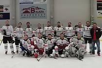 VÍTĚZNÝ TÝM. Kocouři ze Svatbína se stali vítězem v Poděbradském poháru, soutěži amatérských hokejistů