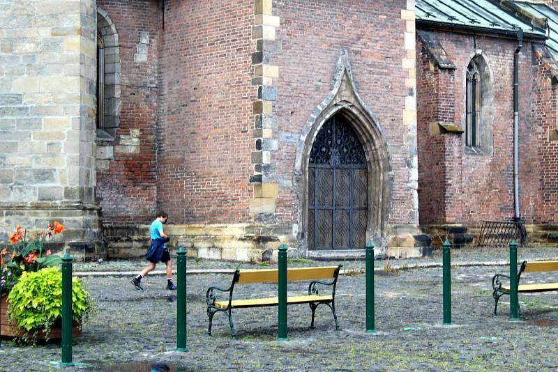 Na historickém Kostelním náměstí před chrámem svatého Jiljí v Nymburce byly instalovány kovové sloupky. Ty mají zabránit v parkování neukázněným řidičům.