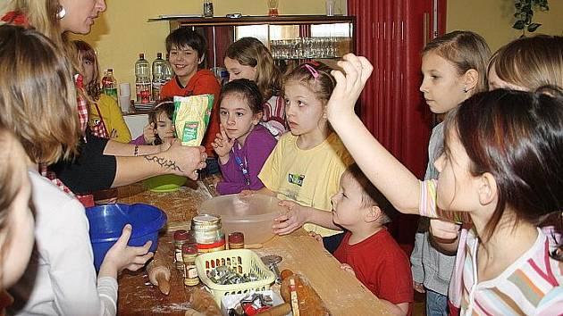 Děti v Sadské tráví jarní prázdniny v kulturním centru. Ve středu pekly dobroty.