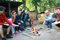 Neformální setkání radních Nymburka a Poděbrad u ohně na pomezí obou měst u Labe.