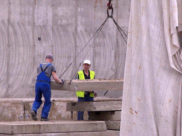 Stavba nymburského obchvatu opět pokročila. Práce probíhají po celém úseku.