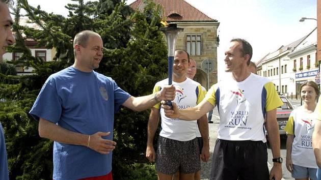Běžci, nesoucí hořící pochodeň jako symbol harmonie, včera zavítali i na nymburskou radnici. Setkali se tu s místostarostou Miroslavem Jeníkem (vlevo).