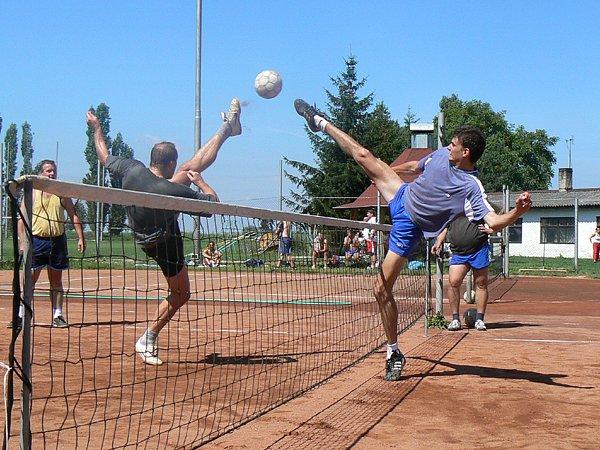 Čelákovický nohejbalista Martin Spilka (vpravo) získal na turnaji dvě ceny. Spolu se svým týmem Dovedové slavil celkové prvenství, navíc se stal nejlepším hráčem klání.