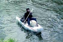 ROZCVIČKA. Jakub Bureš si minulý týden splnil cíl, doplout na malé lodi z PET lahví z Nymburka na Mělník.