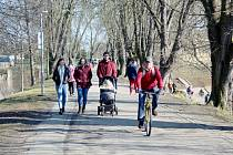 Na rozdíl od soboty se neděle rozjasnila a jarní počasí vytáhlo na procházky a výlety stovky lidí. Foto: Deník/ Miroslav S. Jilemnický