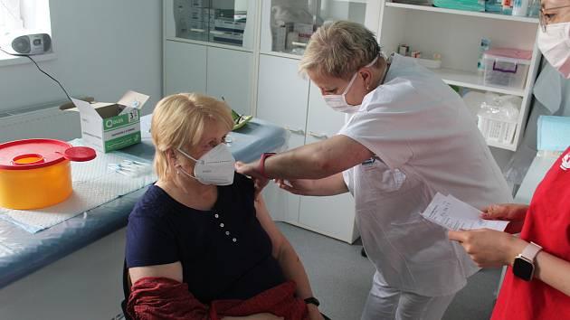 Očkování proti nemoci covid-19 v očkovacím centru při nemocnici v Městci Králové.