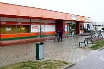 Z boku této prodejny potravin by měl být do konce března instalován bankomat