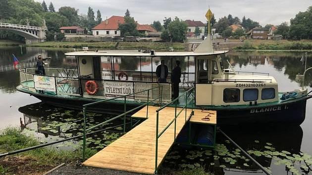 Loď Blanice už od soboty funguje jako nový přívoz mezi labskými břehy.