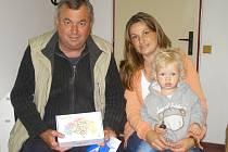 VÍTĚZEM tipovací soutěže Tipliga s Nymburským deníkem se stal Josef Kubík z Přerova nad Labem. S ním přijela pro první cenu dcera Monika a vnouček Dominik