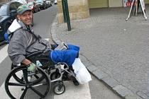 Na přechodu v Tyršově ulici je pan Trauške odkázán na pomoc druhých lidí. Přes obrubník se sám nedostane.