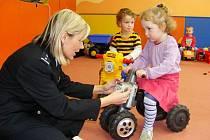 Škola hrou pod vedením policistek v mateřském centru.