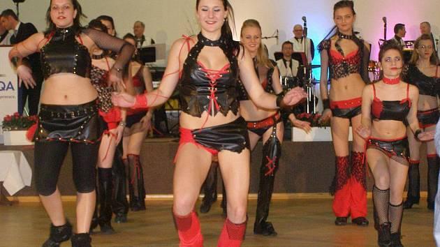 Své vystoupení předvedla skupina Easy Dance