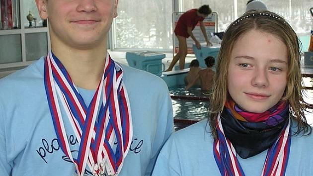 Sběratelé medailí v kladenském bazénu v podání nymburských plavců Tomáše Havránka a Michaely Veckové