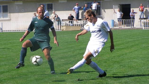 Kapitán fotbalového klubu Union Čelákovice Radek Skuhravý (vlevo) dovedl svůj tým po polovině sezony v divizní skupině B na šesté místo tabulky